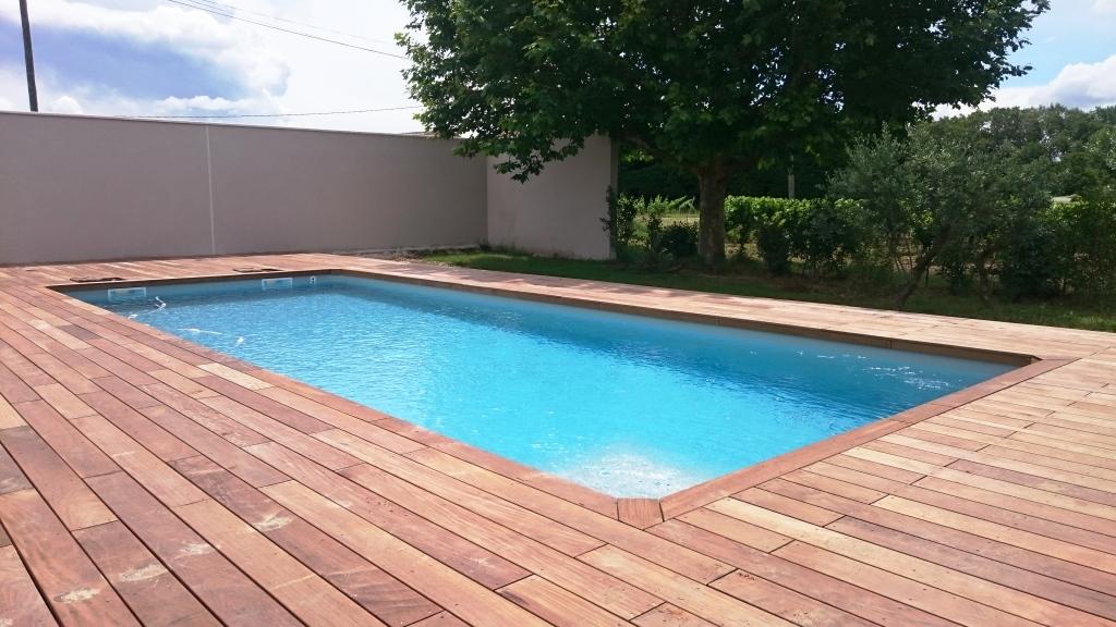 plage de piscine en bois avec les nouvelles terrasses à morières-lès